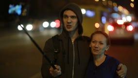 Turistbloggers som väntar bilen i nattstaden Hake-fotvandra stock video