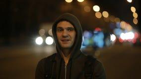 Turistbloggers som väntar bilen i nattstaden Hake-fotvandra lager videofilmer
