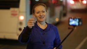 Turistbloggers som väntar bilen i nattstaden Hake-fotvandra arkivfilmer