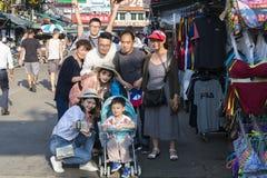 Turisten är tycker om selfie med smartphonen royaltyfri bild