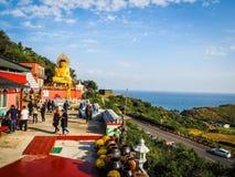 Turisten besökte den Sanbanggul templet Arkivbilder