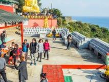 Turisten besökte den Sanbanggul templet Royaltyfria Bilder