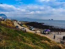 Turisten besökte den Seongaksan kusten, det berömda kust- drevet w Arkivbilder