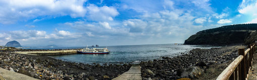 Turisten besökte den Seongaksan kusten, det berömda kust- drevet w Arkivbild