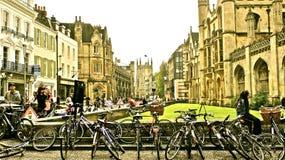 Turisten cyklar i mitt av cambridge Royaltyfri Foto