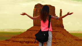 Turisten drömmer i monumentdalen Arkivbild