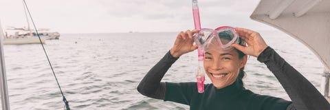 Turisten för kvinnan för snorkelmaskeringen som turnerar den asiatiska får klar för att snorkla aktivitet, från fartygbaner royaltyfria foton