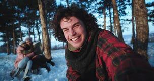 Turisten för lockigt hår och två unga damer som reser på en vintertid tar de, kameran för att göra någon video för minnen arkivfilmer