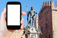 Turisten fotograferar springbrunnen av Neptun i bolognaen Royaltyfria Bilder