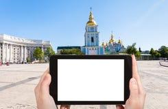 turisten fotograferar St Michael Monastery i Kiev Arkivbild