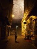 Turisten går ner den tomma Istanbul bakgatan på natten Arkivfoto