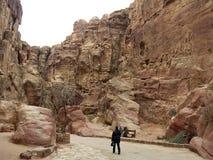 Turisten går på vägen till Petra arkivfoton