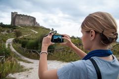 Turisten gör ett foto av den gamla fästningen Arkivfoto