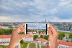 Turisten gör ett foto av panorama av Vilnius royaltyfri fotografi