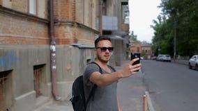 Turisten gör selfie främst av härliga gamla hus stock video