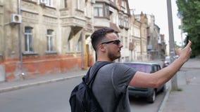 Turisten gör selfie främst av härliga gamla hus lager videofilmer