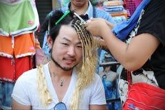 Turisten har hår att flätas arkivfoto