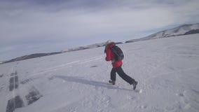 Turisten kör på isen av sjön arkivfilmer