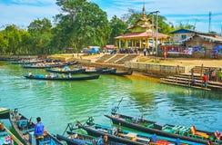 Turisten kanotar i den Indein byn, Inle sjön, Myanmar Royaltyfri Bild