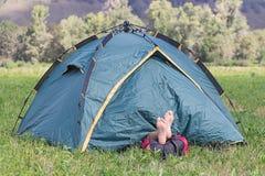 Turist som sovar i en tent Royaltyfria Bilder