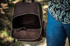 Turisten med den stilfulla bruna snakeskinpytonormryggsäcken i asiatet parkerar bali indonesia Stilig caucasian man in Arkivfoton