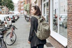 Turisten med en ryggsäck söker efter inbokat online-boende i en obekant stad arkivfoton