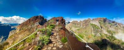 Turisten på Pico gör Arieiro Arkivbild