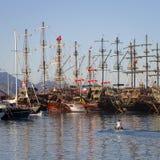 Turisten piratkopierar seglingskepp nära pir i medelhavet Port av Kemer, Turkiet Arkivbild
