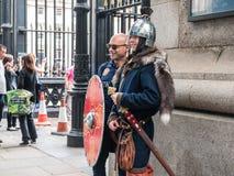 Turisten poserar med den kostymerade historiska soldaten utanför brittiska Mus Royaltyfri Bild