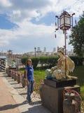 Turisten ser de forntida kinesiska statyerna på den stora kinesiska bron i Tsarskoye Selo Ryssland Royaltyfri Fotografi