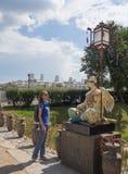 Turisten ser de forntida kinesiska statyerna på den stora kinesiska bron i Tsarskoye Selo Ryssland Royaltyfri Bild
