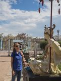 Turisten ser de forntida kinesiska statyerna på den stora kinesiska bron i Tsarskoye Selo Ryssland Royaltyfria Bilder