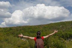 Turisten ser härliga moln Turister som hitching en ritt Arkivbild