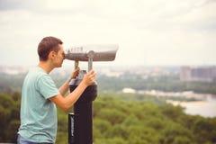 Turisten ser staden till och med kikare Arkivbilder