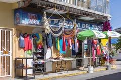 Turisten shoppar i Boqueron, Puerto Rico Arkivfoton