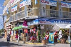 Turisten shoppar i Boqueron, Puerto Rico Arkivbild