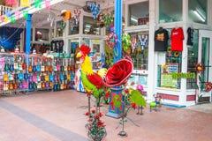 Turisten shoppar marknadsfyrkanten El Mercado San Antonio Texas arkivbilder