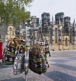 Turisten shoppar på Batalha Arkivfoto