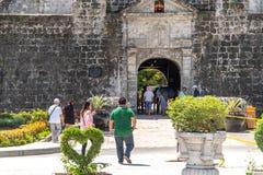 Turisten skriver in ett fort den San Pedro, Cebu staden, Filippinerna Arkivbilder