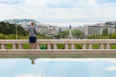 Turisten som håller ögonen på här för att kartlägga på Edward VII, parkerar i Lissabon, Portu Royaltyfria Bilder