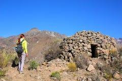 Turisten som ser detIncan runda huset, namngav colca nära Chivay Royaltyfri Fotografi