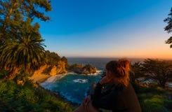 Turisten som ser McWay, faller stora Sur Kalifornien Arkivbild