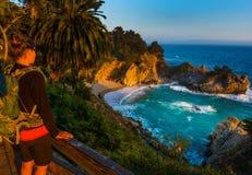 Turisten som ser McWay, faller stora Sur Kalifornien Arkivfoto