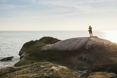 Turisten som tar foto vaggar på, över havet i Thailand arkivfoto