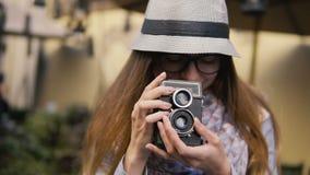 Turisten tar bilden med tappningkameran arkivfilmer