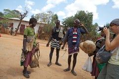 Turist och afrikanskt folk Arkivbilder