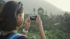 Turisten tar fotosikt av tekolonin i Sri Lanka lager videofilmer