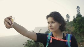 Turisten tar fotosikt av tekolonin i Sri Lanka stock video