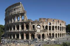 Turisten tränger ihop på Colosseumen - Rome - Italien royaltyfri fotografi