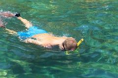Turisten tycker om med att snorkla i ett tropiskt hav på islan Phi Phi Arkivfoto
